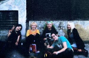 Kadulla istuvat Sanna (vas.), Elli, Suvi, Eeva (etualalla), Heidi