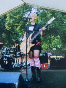 Suvi Piedelaysta soittaa bassoa ja laulaa lavalla