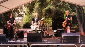 Piedelay lavalla. Eeva kitara (vas.), Elli kitara laulu, Sanna rummut (vieraileva rumpali), Suvi basso